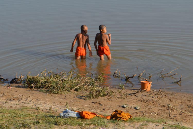 portretten laos: badende monnikken