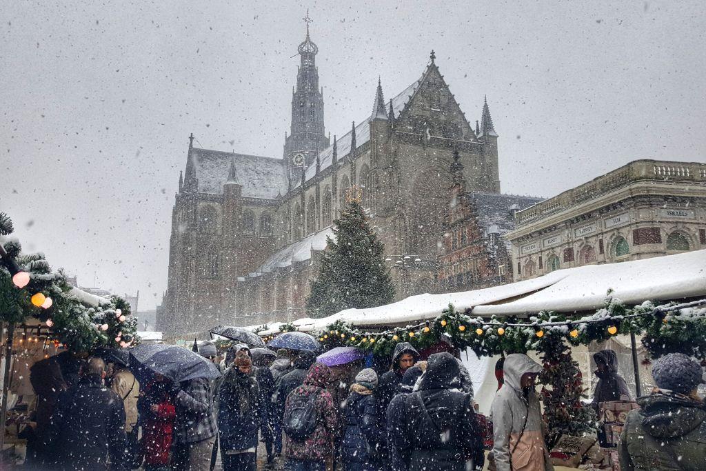 Sneeuw op de kerstmarkt in Haarlem