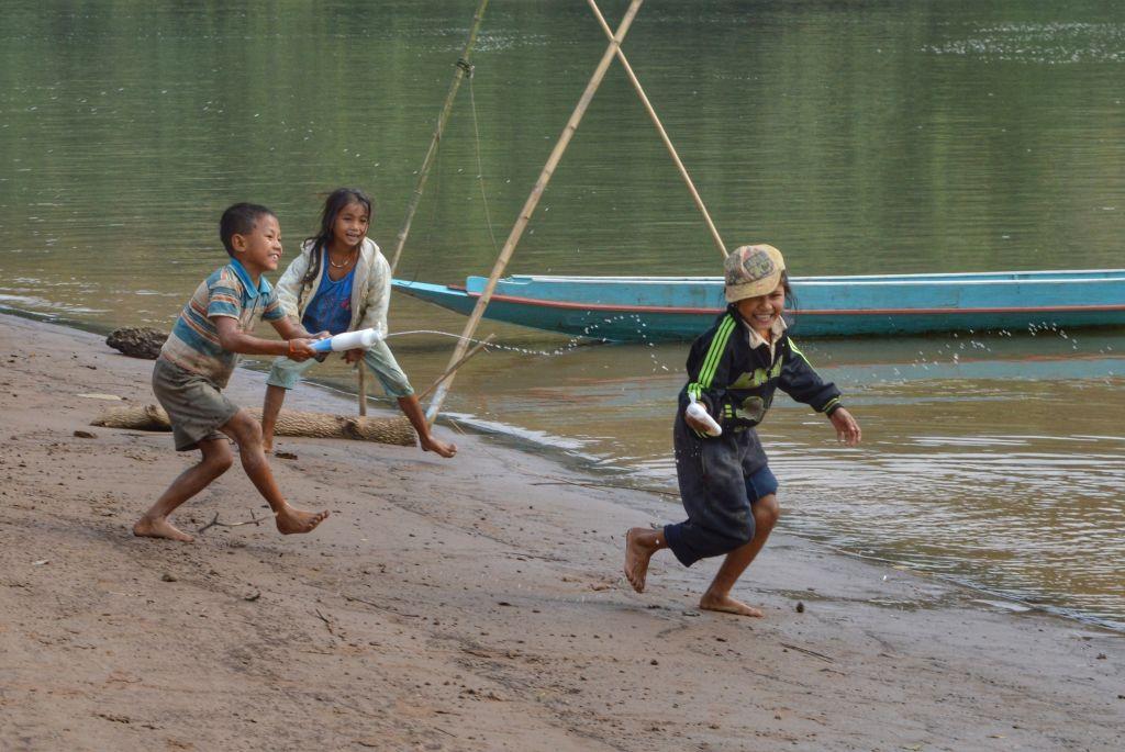 Spelende kinderen Nong Khiaw