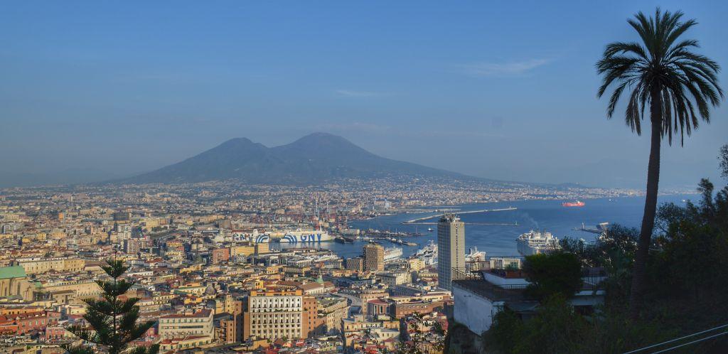 Uitzicht op Napels en de Vesuvius
