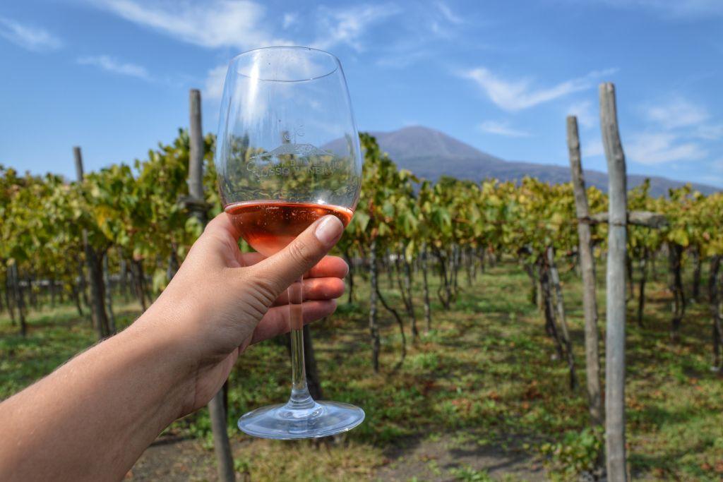 Wijn drinken aan de voet van de Vesuvius