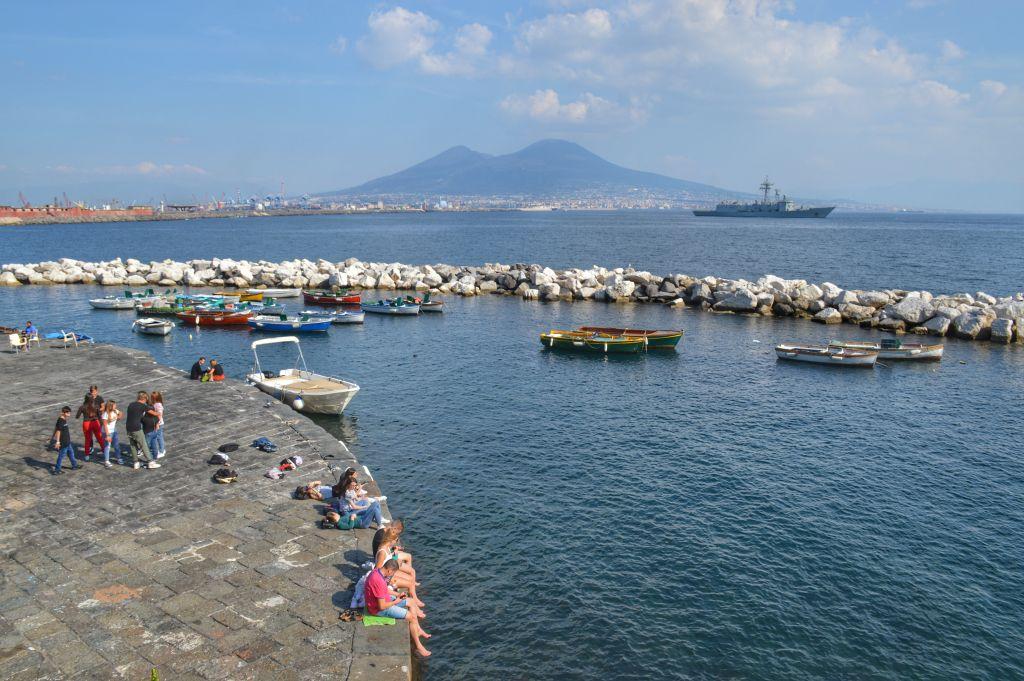 Lungomare in Napels met uitzicht op de Vesuvius