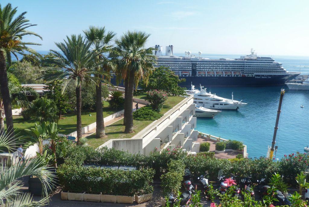 Cruiseschip in de haven van Monaco