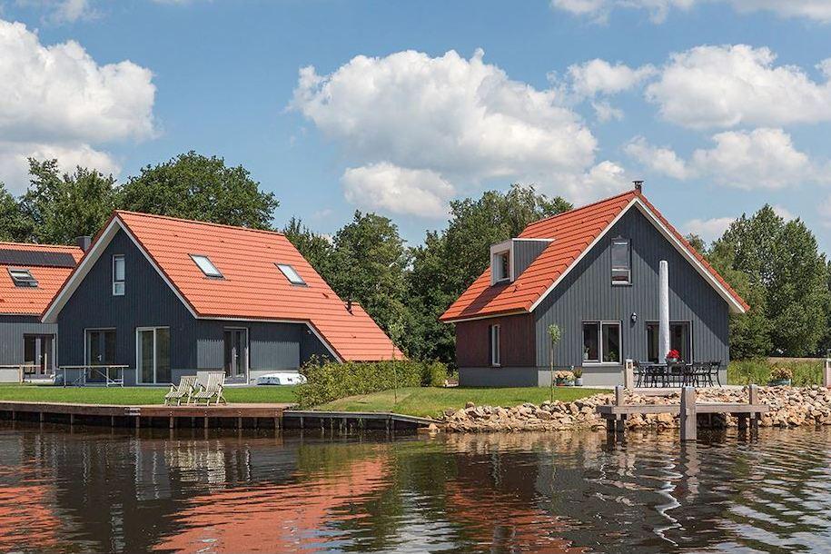 Vakantiehuisjes aan het water in Friesland