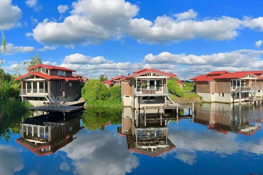 Vakantiehuisjes aan het water   bij Roompot waterpark Friesland