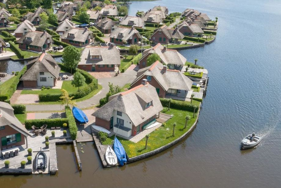 Huisjes aan het water vlak bij Giethoorn